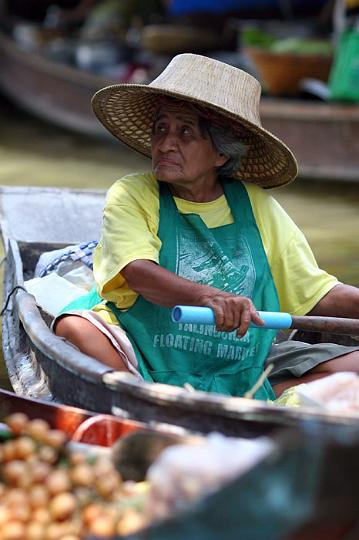 The Taling Chan floating market in Bangkok is worth a visit if you don't have time to make it to Damonen Saduak.