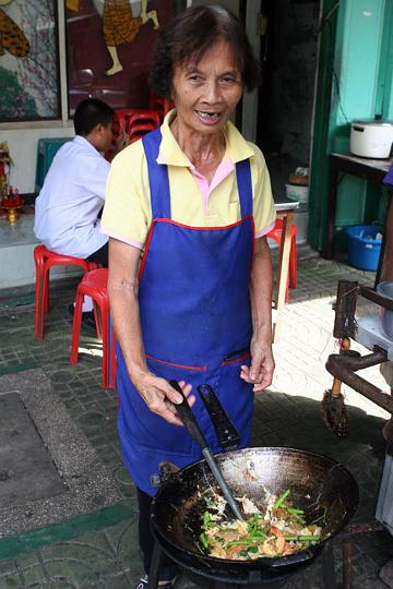 Suki Haeng is being fried up by a vendor at the small market at Ta Dien, next to the Chao Praya River.