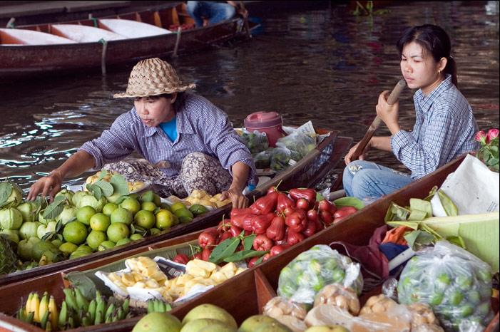A classic photo from the Damnoen Saduak Floating Market in Rachaburi.