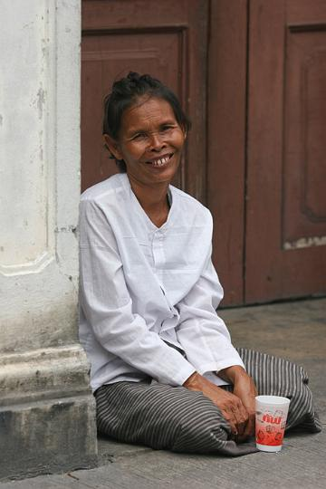 I was captivated by the genuine warmth of this beggar's smile. But with all due respect to the woman, she did not look like she was a bona fide beggar. Either that or unlike most she really did make the effort to look after herself despite the difficulties she faces.