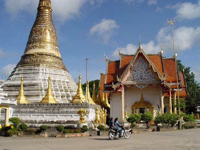 Apparently there are 40,000 odd temples in Thailand. This one is in Mae Sod.