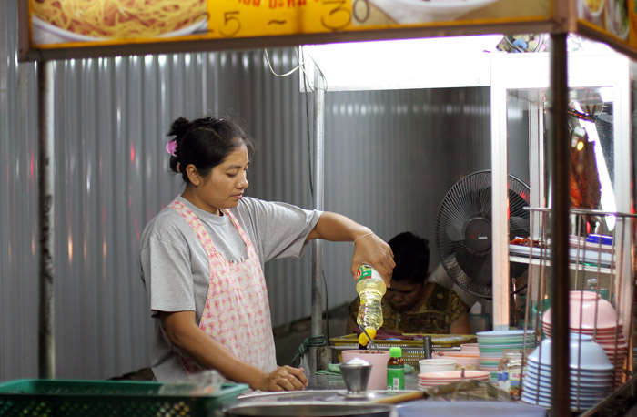 A street vendor in Sukhumvit Soi 23 rustles up a late night snack.
