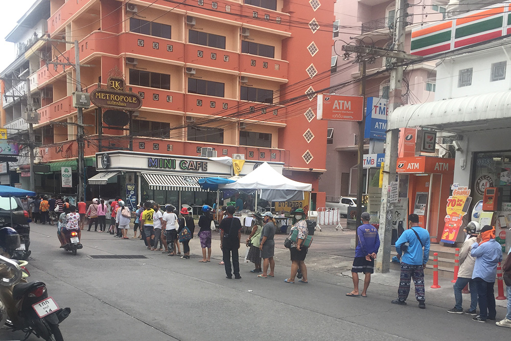 pattaya-queue-for-food