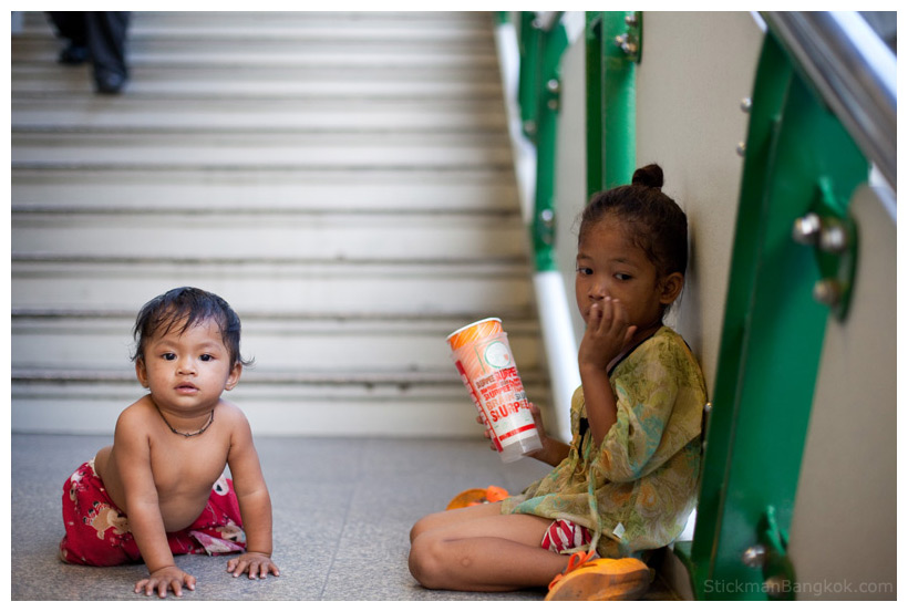 Thai children begging